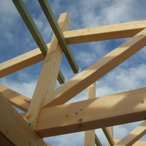 Στέγες - Σοφίτες - Στέγες και Σοφίτες. Στην κατασκευή μιας ξύλινης στέγης χρησιμοποιούμε κυρίως σύνθετη ξυλεία, σουηδική ξυλεία μασίφ, ξυλεία από καστανιά, κυπαρίσσι, πεύκο και έλατο.